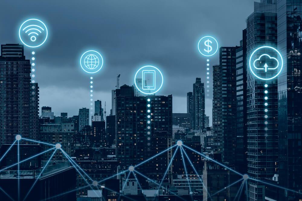 Ciudad inteligente futurista con numerosas tecnologías en la nube